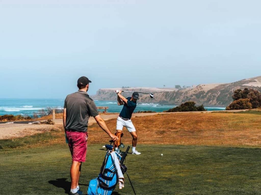 Golfare med bärbag