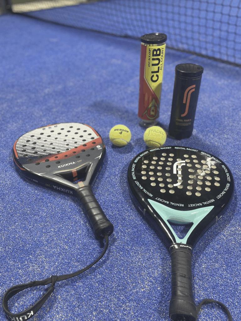två padelrack, ett paket tennisbollar och ett paket padelbollar