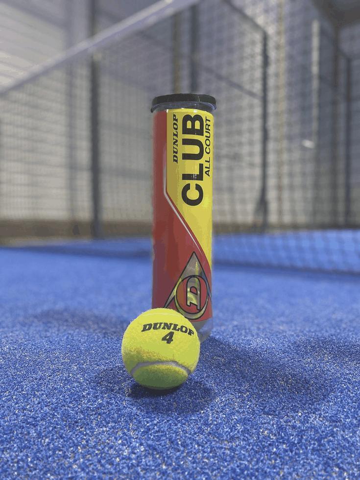 Tennisboll samt ett paket tennisbollar