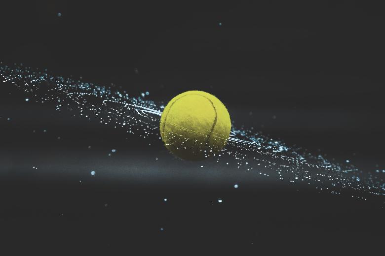 tennisboll som snurrar i luften