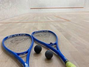 squashrack och squashbollar